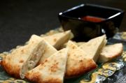 印式烤薄餅(芝麻及芝士)配咖喱汁  $40