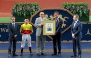 馬主梁欽聖致送「加州萬里」的馬蹄鐵予香港賽馬會主席葉錫安博士。