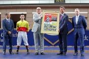香港賽馬會主席葉錫安博士致送「加州萬里」的珍藏紀念相予馬主梁欽聖。