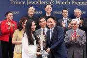 太子珠寶鐘錶集團主席及行政總裁鄧鉅明博士頒發紀念品予頭馬「風花雪月」的馬主代表。