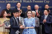 太子珠寶鐘錶集團副主席及執行董事鄧宣宏雁女士頒發紀念品予練馬師代表。