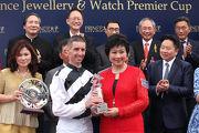 太子珠寶鐘錶集團執行董事朱鄧麗萍女士頒發紀念品予騎師羅理雅。