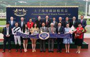 太子珠寶鐘錶集團高層、馬會各董事及行政總裁,在頒獎儀式上與頭馬「風花雪月」的馬主代表、練馬師代表及騎師合照。