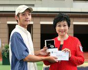 朱鄧麗萍女士頒發最佳外觀馬匹獎予負責料理「新力風」的馬房助理。