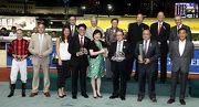 馬會董事們與「勝哥兒」馬主蕭劍平、練馬師方嘉柏以及騎師潘頓在跑馬地銀瓶頒獎儀式上合照。
