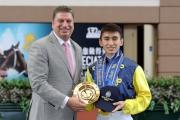 馬會於沙田馬場馬季煞科日舉行見習騎師畢業禮,祝賀見習騎師吳嘉晉正式成為自由身騎師。香港賽馬會賽馬事務執行總監利達賢於畢業禮上,頒發紀念品予吳嘉晉。