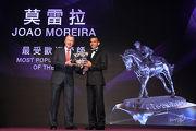 莫雷拉當選最受歡迎騎師,由香港賽馬會行政總裁應家柏主持頒獎。
