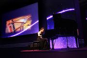 香港賽馬會獎學金得主李嘉齡演奏鋼琴。