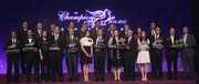 一眾馬會董事及行政總裁、各得獎馬匹的馬主及騎師在頒獎禮上合照。