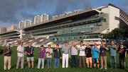 馬會賽馬事務執行總監利達賢(左七) 和其他幹事與在場練馬師一同開香檳,祝願新馬季順利。