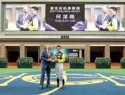 馬會行政總裁應家柏將2014/15年度最佳自由身騎師獎頒予騎師何澤堯。