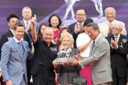 約翰摩亞榮登2014/15年度冠軍練馬師寶座,由馬會主席葉錫安博士頒發獎座。