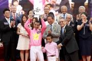 莫雷拉榮膺2014/15年度冠軍騎師,由馬會副主席周永健頒發獎座。