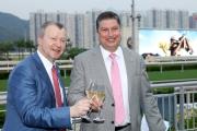 馬會行政總裁應家柏與賽馬事務執行總監利達賢舉杯慶祝2014/15馬季圓滿成功。