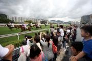 各賽駒為馬季開鑼作好準備,觀眾可在草地跑道旁,感受馬匹奔馳所帶來的震撼,全港只此一家。