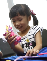一家大細可以跟巨型可愛小馬寶莉公仔合照,小朋友更可即場繪畫自己心目中的小寶莉。