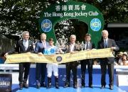 香港賽馬會行政總裁應家柏(左二)頒發獎盃予香港賽馬會拜倫錦標頭馬Bello Matteo的馬主、騎師以及練馬師後,與法國賽馬會總裁Thierry Delegue (左一) 及國際賽馬組織聯盟主席Louis Romanet (右一)合照。