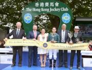 香港賽馬會行政總裁應家柏(左二) 在國際賽馬組織聯盟主席Louis Romanet (左一) 及法國賽馬會副總裁Loic Malivet (右二)陪同下,頒發獎盃予香港賽馬會錦標冠軍Sant' Amanza的馬主、練馬師及騎師。