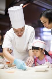 馬會大廚親身指導製作曲奇,每位小朋友可發揮創意親手裝作獨一無二的曲奇餅,並將製成品與家人分享。