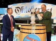 圖 1, 2, 3:<br> 德國駐港總領事 Nikolaus Graf Lambsdorff(右)由馬會行政總裁應家柏陪同下斟滿首杯啤酒,象徵今年快活谷啤酒節正式開始。
