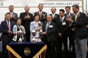 六福集團主席兼行政總裁黃偉常致送獎盃予頭馬「包裝奔馳」馬主李運強的代表。