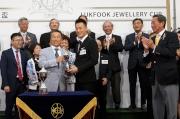六福珠寶「愛恆久」系列代言人林致送小型獎盃予得獎練馬師姚本輝。