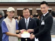Vincent Tse, Deputy Chairman and Deputy General Manager, Lukfook Group, and Raymond Lam, the spokesperson of Love Forever collection, jointly present a prize of HK$1,500 and a souvenir to the Stables Assistant responsible for Kabayan, the Best Turned Out Horse in the Lukfook Jewellery Cup.