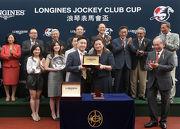 圖8, 9, 10: LONGINES香港區副總裁歐陽楚英(前排右一),致送LONGINES名匠系列腕表予「軍事出擊」的馬主代表、練馬師方嘉柏及騎師潘頓。