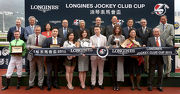 馬會主席葉錫安博士(後排右一)及一眾馬會董事、行政總裁應家柏(後排左一)、LONGINES香港區副總裁歐陽楚英與「軍事出擊」的馬主、練馬師及騎師於浪琴表馬會盃頒獎禮上合照。