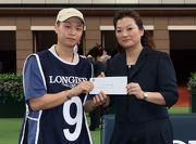 「人強馬勁」獲得浪琴表馬會盃最佳外觀馬匹獎,LONGINES香港區副總裁歐陽楚英(右),頒發二千元獎金予負責料理該駒的馬房助理。