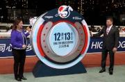 圖1, 2<br> 馬會賽馬事務執行總監利達賢(右)及LONGINES香港區副總裁歐陽楚英,一同主持2015年浪琴表香港國際賽事的入選馬匹名單公佈儀式。
