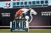 圖一、二<br> 2015年浪琴表香港國際賽事排位抽籤儀式今天早上在沙田馬場馬匹亮相圈舉行,香港賽馬會主席葉錫安博士(右)及LONGINES副總裁暨國際市場總監Juan-Carlos Capelli(左),為排位抽籤儀式揭開序幕。