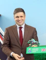 LONGINES副總裁暨國際市場總監Juan-Carlos Capelli啟動浪琴表香港瓶的排位抽籤程序,抽出首匹進行排位的參賽馬。