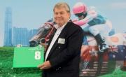 浪琴表香港瓶–法國賽駒及此賽衛冕冠軍「富林特郡」的馬主代表為該駒抽得第8檔。