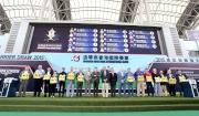 浪琴表香港短途錦標排位抽籤完成後,主禮嘉賓與各駒的馬主、練馬師及代表合照。