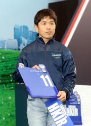 浪琴表香港一哩錦標 – 日本賽駒「滿樂時」的代表為該駒抽得第11檔。