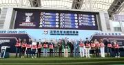 浪琴表香港盃排位抽籤完成後,主禮嘉賓與各駒的馬主、練馬師及代表合照。