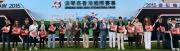 一眾主禮嘉賓與出席今日排位抽籤儀式的馬主、練馬師及幕後團隊代表於台上祝酒,預祝週日的浪琴表香港國際賽事成功舉行。