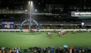 圖1, 2, 3, 4<br> 浪琴表國際騎師錦標賽首關在第四場上演,英國代表蘇兆輝策騎「開心駿馬」(6號)先拔頭籌。