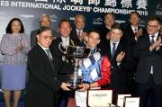 中國香港體育協會暨奧林匹克委員會會長霍震霆頒發獎盃予浪琴表國際騎師錦標賽冠軍雷景勳。