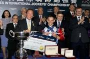 馬會主席葉錫安博士頒發銀馬鞭及五十萬元獎金予浪琴表國際騎師錦標賽冠軍雷景勳。