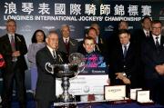 馬會副主席周永健頒發銀碟及二十萬元獎金予浪琴表國際騎師錦標賽亞軍莫雅。