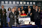 馬會副主席周永健頒發銀碗及十萬元獎金予浪琴表國際騎師錦標賽季軍戶崎圭太。