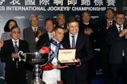 LONGINES副總裁暨國際市場總監Juan-Carlos Capelli致送一枚LONGINES名匠系列腕表予浪琴表國際騎師錦標賽冠軍雷景勳。