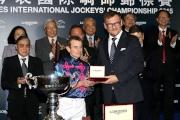 斯沃琪集團(香港)董事總經理盧克勤致送獎牌予浪琴表國際騎師錦標賽亞軍莫雅。
