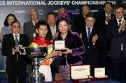 LONGINES香港區副總裁歐陽楚英致送獎牌予浪琴表國際騎師錦標賽季軍戶崎圭太。