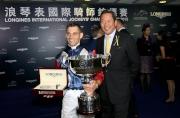 圖9, 10<br> 浪琴表國際騎師錦標賽冠軍雷景勳舉盃祝捷。