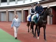 費伯華 (左) 旗下兩駒「富林特郡」及「重大機密」今晨均被安排在沙田馬場的馬匹亮相圈熟習環境,期間費伯華與策騎員Annelie Ackerman傾談。