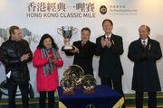 圖5, 6, 7: 馬會董事陳南祿於香港經典一哩賽頒獎禮上將冠軍獎盃及鍍金碟頒予「首飾太陽」的馬主董滿輝、練馬師蔡約翰及騎師莫雅。