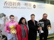 香港經典一哩賽勝出馬匹「首飾太陽」的騎師莫雅、練馬師蔡約翰及馬主董滿輝賽後與傳媒分享勝利喜悅。